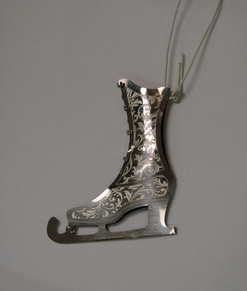 sussyrose-shields-skate-ornament